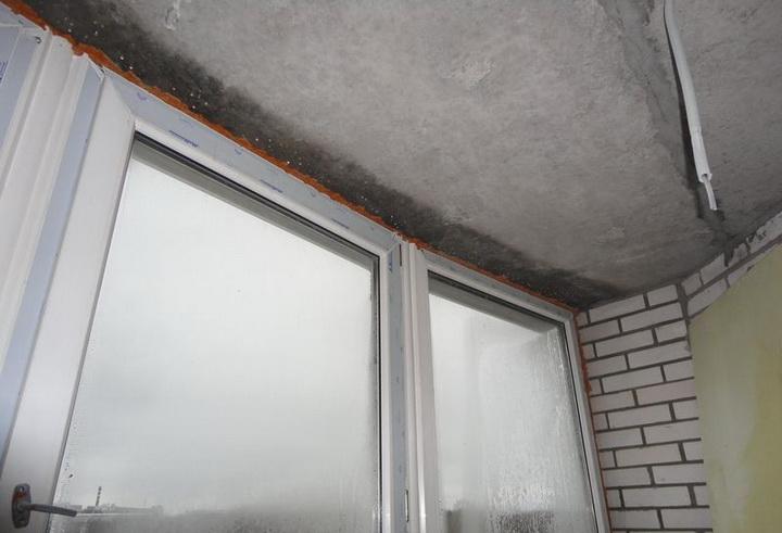 Почему конденсат на пластиковых окнах и на балконе.