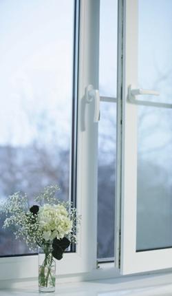 Почему конденсат на пластиковых окнах и на балконе
