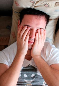 Резь, боль в глазах по утрам: причины, симптомы, лечение